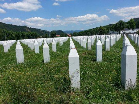 23 yıl önce Bosna'da zulüm yapanları da bu zulme göz yumanları da lanetliyoruz. Şehitlerimizi rahmetle anıyor, kardeşlerimizin acısını paylaşıyoruz.